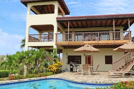 Jemstone - 2 bedroom w/ private pool and a/c