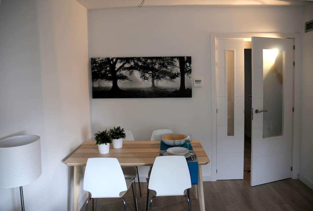 Salón comedor con sofá-cama doble, mesa de comedor y TV (pantalla plana)