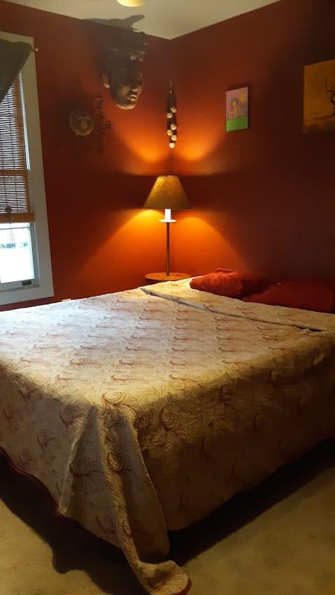 Gallery room- cozy stay w/ Old River in backyard