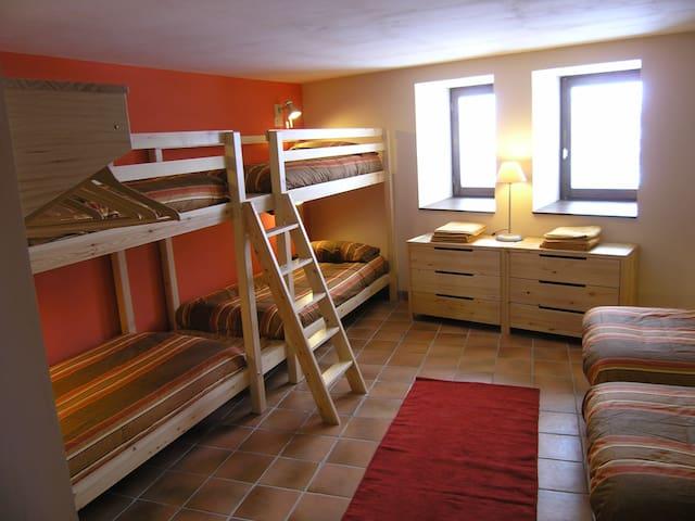 """""""Tartera"""" - chambre pour 6 dans gîte écologique"""