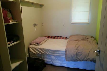 Big home. Comfy room, close to town - Whanganui