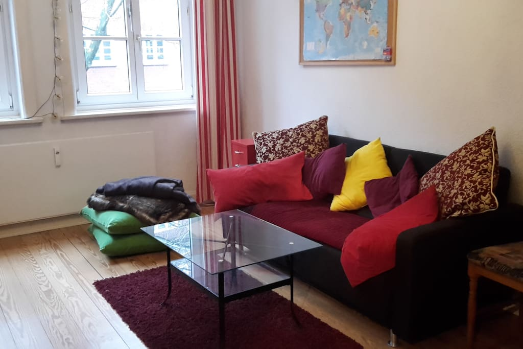 Wohnzimmer mit Schlafsofa & Fernseher / Living room with pull out sofa and TV