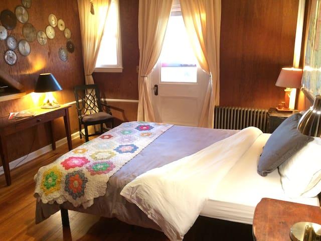 B House - Timber Room - private half-bath