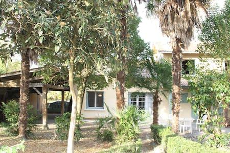 Maison rénovée dans village calme idéal vacances