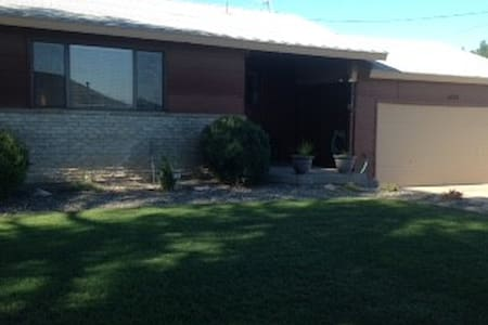 3 bedroom/2bath home with huge yard and hot tub - Ontario - House