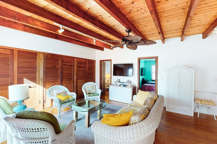 Adorable, sunny cottage w/ a full kitchen & furnished deck - walk to the beach!