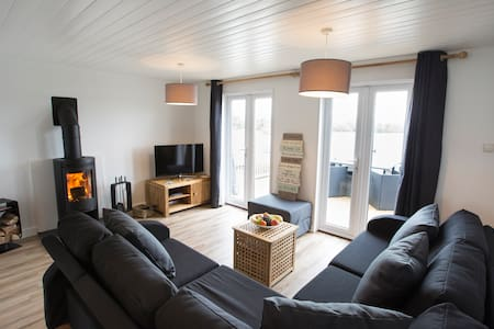 Lakeside lodge with watersports and log burner - Near South Cerney