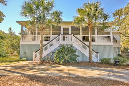 Classic IOP Home. 1 Block to Beach! - Isle of Palms