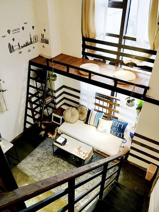 地台上方设计了一个观景台,如果不恐高你可以躺在上面看书喝茶。