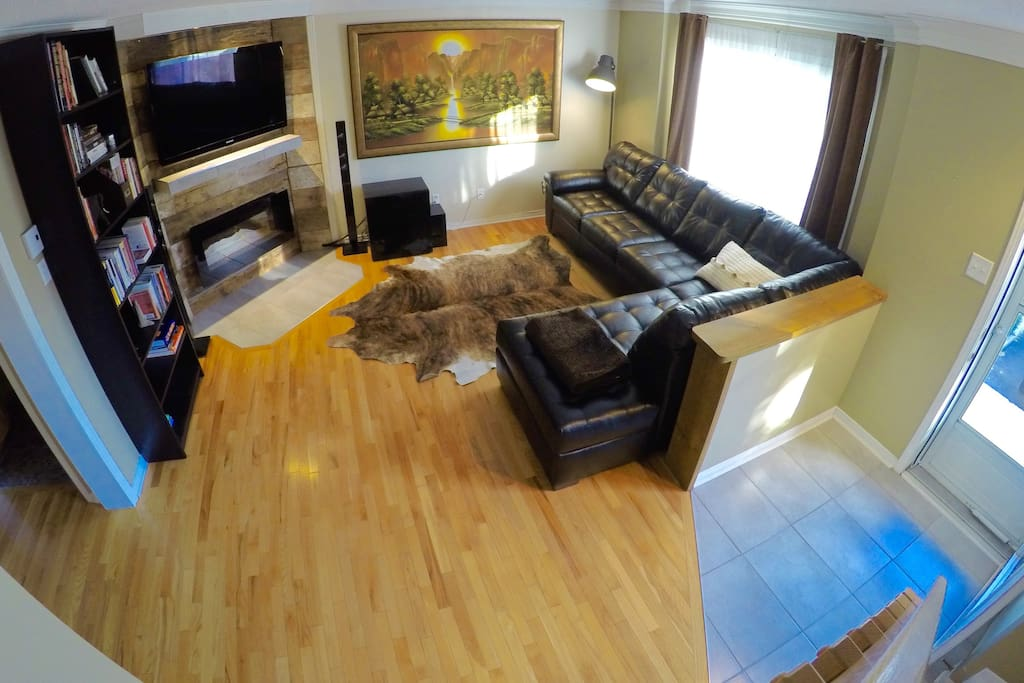 Living room with flatscreen TV, WIFI and electric fireplace.