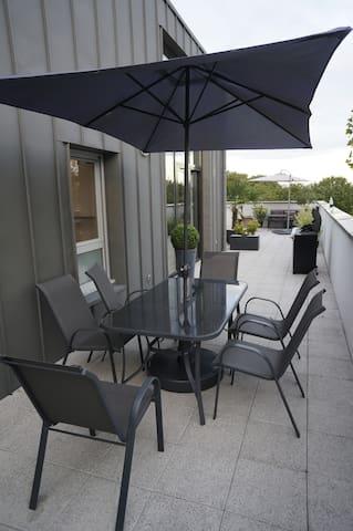 La salle-à-manger extérieure, sur la terrasse...