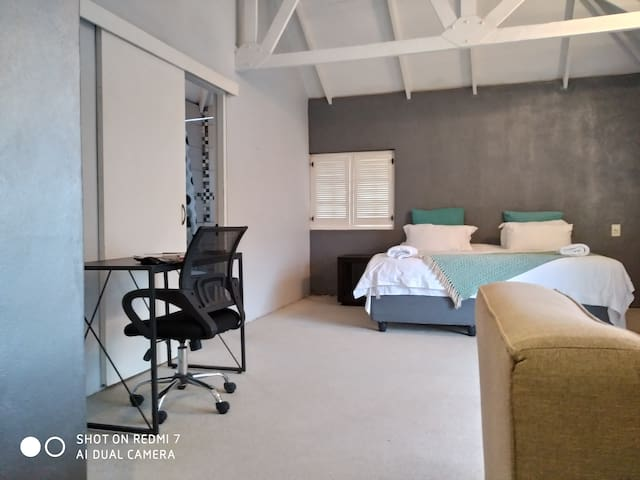 Beautiful Upstairs Room Near Airport Netflix+view