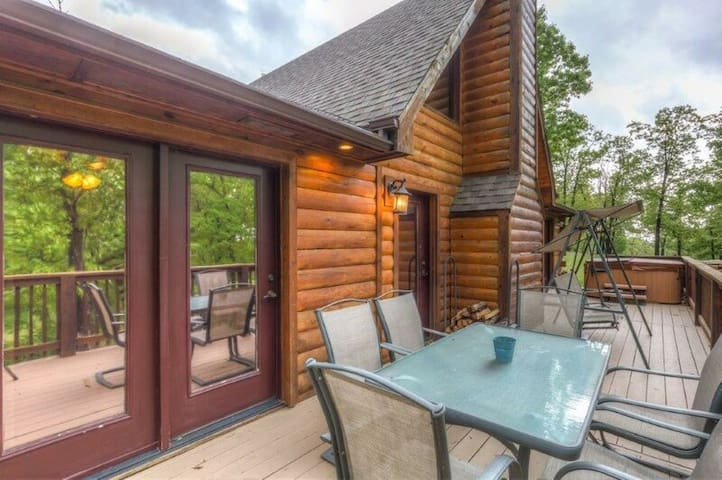 Log cabin with hot tub! Caribou Canyon Lodge!