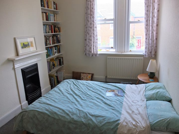 Double room in Victorian house close to the sea.
