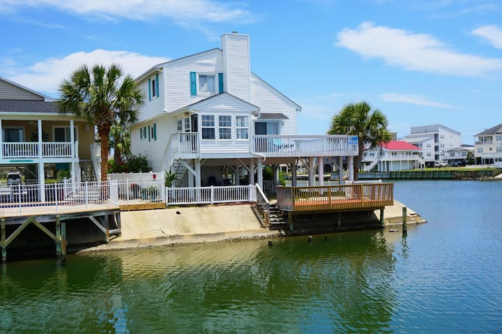 The MISTRAL lakefront vacation home a short walk to the beach