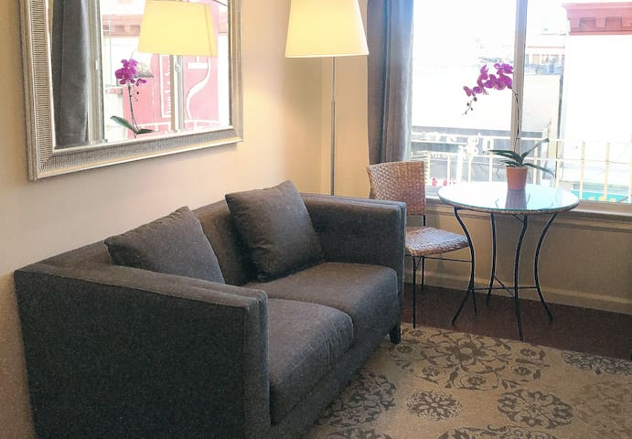 Chic 2 BR Apartment on Grant Avenue