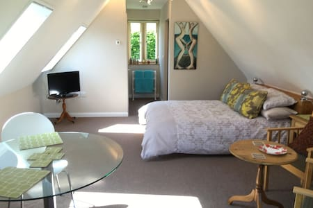 Elder Mews large independent studio near Burford - Burford