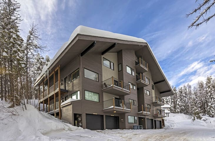 Newly remodeled, huge views, game room , close ski access , hot tub and more