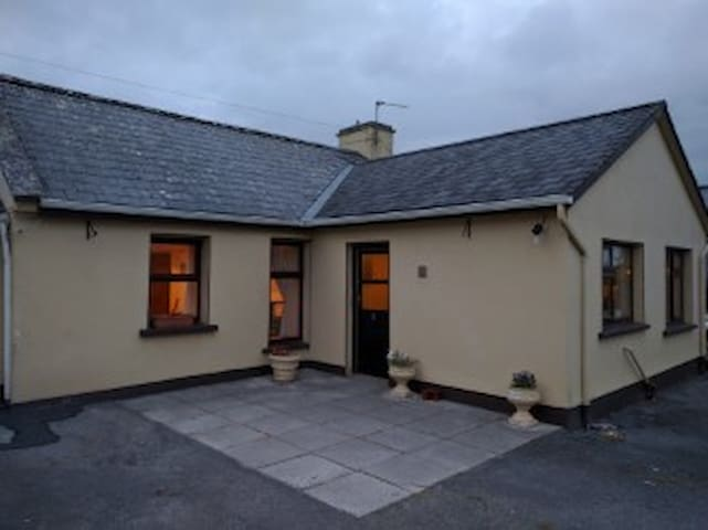 Cosy Farmhouse in the Burren, Kilnaboy. - Killinaboy - Ev