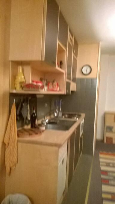 Cucina con lavastoviglie e microonde