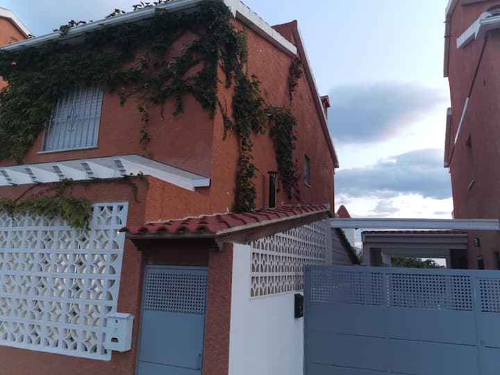 Gran bungalow con piscina privada y jardín.