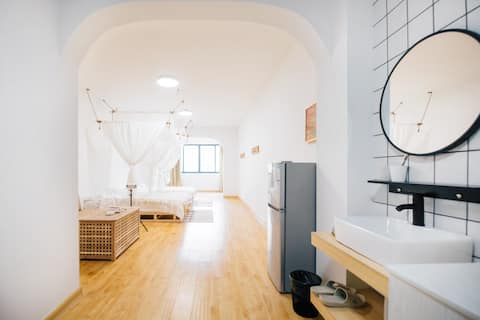 #限免清洁费#[Lucky•暖白]市中心一居室|62平超大房间|岳阳楼区|北辅道|步行街|火车站