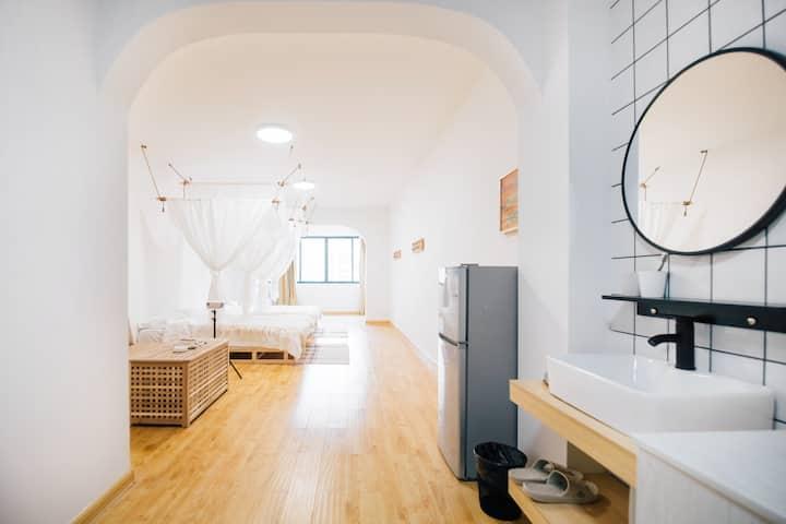 #限时特惠#[Lucky•暖白]市中心一居室|62平超大房间|岳阳楼区|北辅道|步行街|火车站|旅游