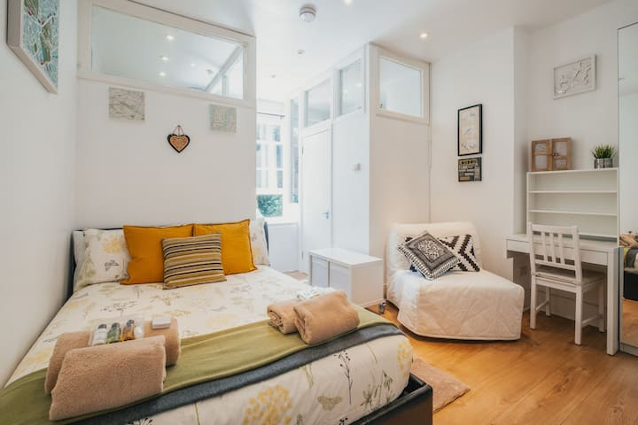 Cosy studio flat, 7 mins to tube station