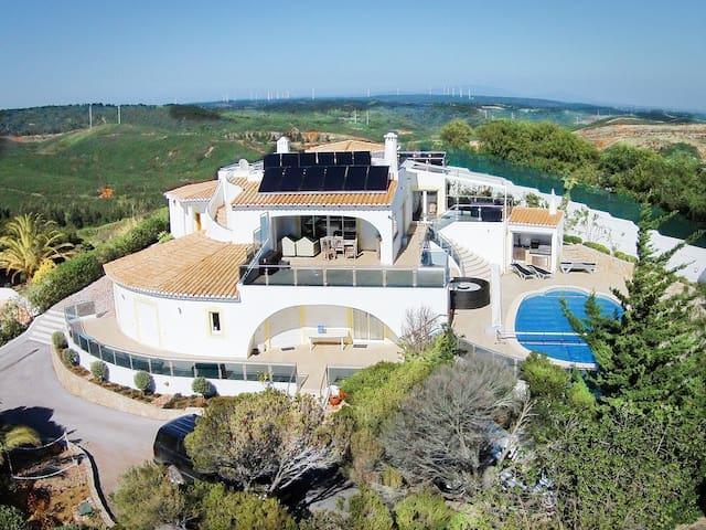 Stunning 4 Bed Villa Private Pool, Sea View & Wifi