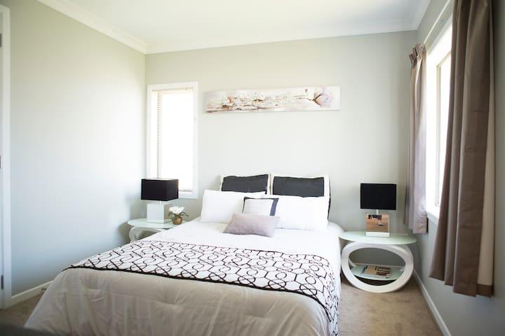 Modern 2 bedroom unit on Miranda