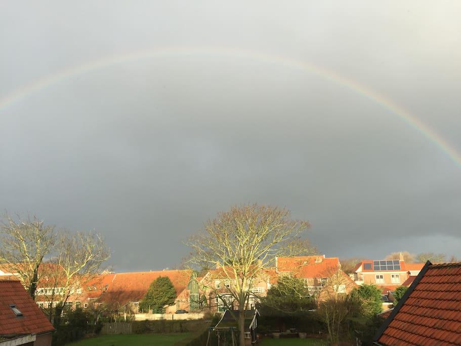 Uitzicht vanuit kamer met regenboog