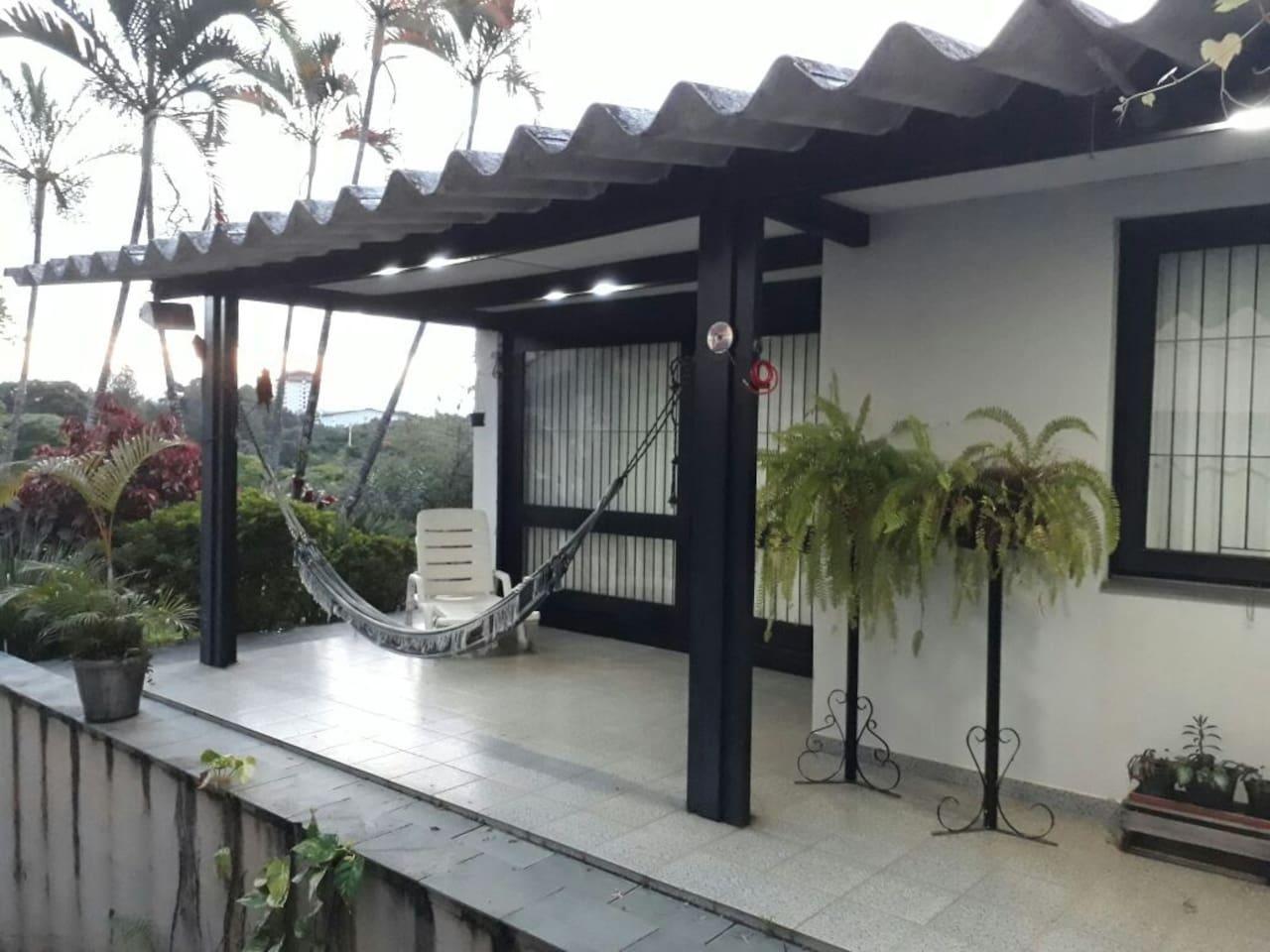 lateral da casa ...para um descanso em rede