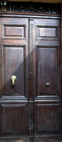 Porte d'entrée de l'immeuble - Door of the building entrance