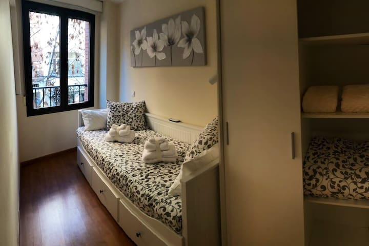 Dormitorio2, vistas directas a San Juan de Dios. Dos camas, al abrirse la cama, se convierte en una cama de 160x200. Armario individual con perchas. Aire acondicionado calor- frío individual.
