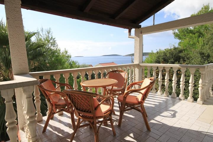 Two bedroom apartment with terrace and sea view Milna, Vis (A-8895-a)