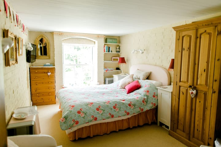 Cosy Cottage Bedroom with Lovely Garden View