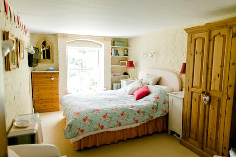 Garden View Cosy Cottage Bedroom