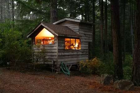 Cozy, Secluded Romantic Cabin in a Redwood Forest - Little River - Srub