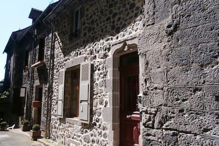 Appartement dans maison village médiéval Murat - Murat - Lakás