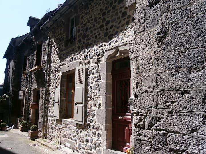 Appartement dans maison village médiéval Murat