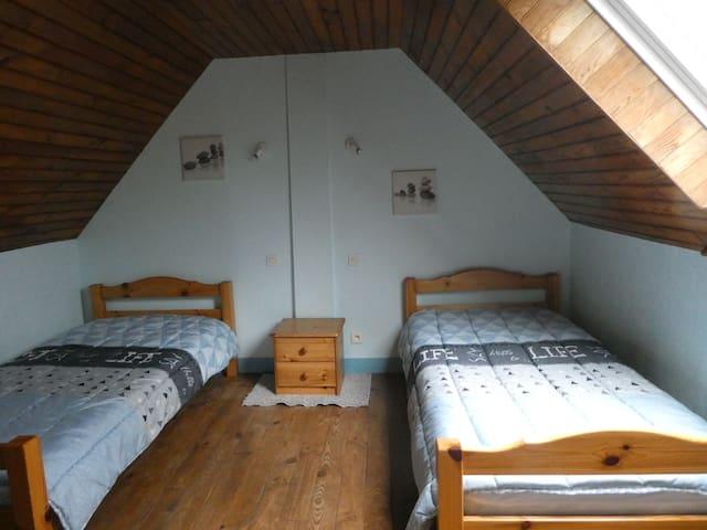 2ème chambre à l'étage avec 2 lits de 90