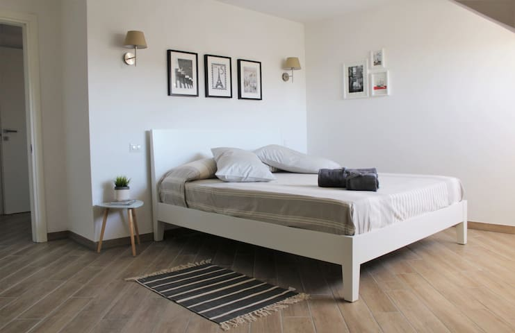 Beautiful and spacious  bedroom, close to subway - Roma