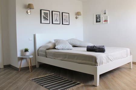 Beautiful and spacious  bedroom, close to subway - Roma - Daire