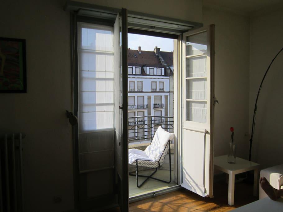 Grand salon avec balcon