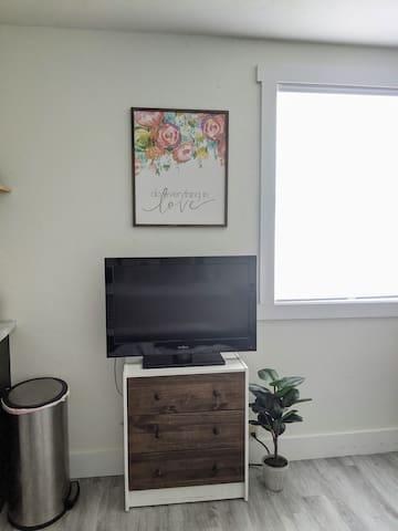 TV with a free Netflix login provided! Other apps on the TV as well, such as Hulu, Disney+, etc., that you are welcome to use your own login for during your stay :)