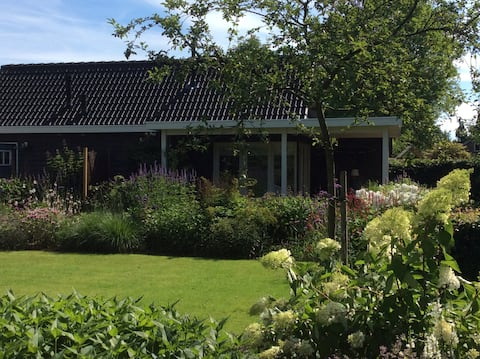 Casa diminuta, situada tranquilamente en nuestro jardín.