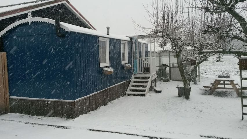 De pipowagen in winterse sfeer