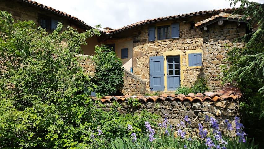 Ancienne ferme en pierre, rénovée avec goût. - Saint-Martin-en-Haut - 獨棟