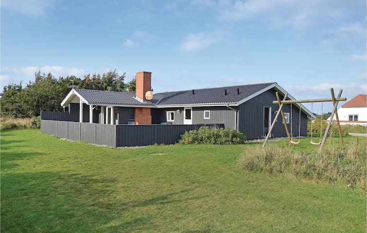 Holiday cottage with 4 bedrooms on 98 m² in Harboøre