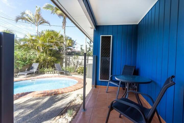 Pet friendly 2 bedroom house with pool